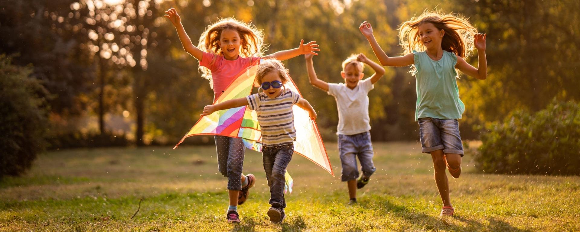 Kinder spielen mit Flugdrachen
